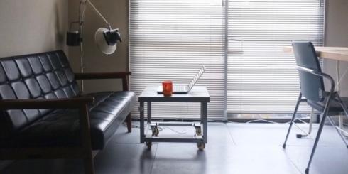 1人暮らしの六畳一間にもおける、カリモク60 Kチェア2シーター